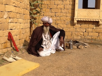 Sumar flays the flute in the desert - amazing, circular breathing